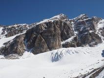雪和岩石在高加索山脉 免版税图库摄影