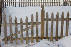 雪和篱芭 库存照片
