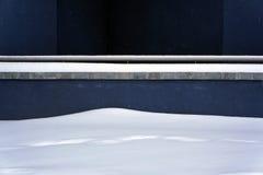 雪和蓝色墙壁 背景蓝色雪花白色冬天 免版税库存照片