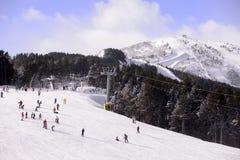 滑雪和雪板倾斜,山推力,晴天 免版税库存图片