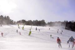 滑雪和雪板倾斜,晴朗和大风天,山风景 免版税图库摄影