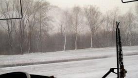 雪和风在城市在的房子背景的春天下午  影视素材