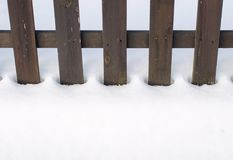 雪围拢的老木篱芭 圣诞节和冬天概念 免版税库存图片