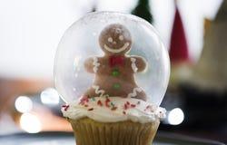 雪圣诞节的地球杯形蛋糕 免版税库存照片