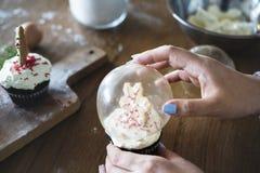 雪圣诞节的地球杯形蛋糕 库存图片