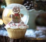 雪圣诞节的地球杯形蛋糕 免版税库存图片