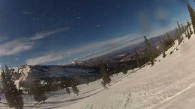 滑雪在一个多雪的倾斜下 股票录像