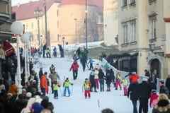 滑雪在世界雪天的孩子 免版税库存照片