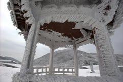 雪在亭子 库存图片