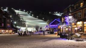 滑雪在光下的瑞士山中的牧人小屋倾斜 库存照片