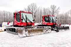 雪在冬天公园的groomer机器 免版税库存照片