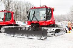 雪在冬天公园的groomer机器 免版税库存图片
