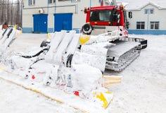 雪在冬天公园的groomer机器 库存照片