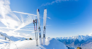 滑雪在冬天季节,山和滑雪游览 免版税库存照片