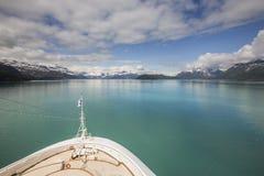 雪在冰河海湾国家公园加盖了山 免版税库存图片