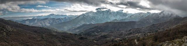 雪在可西嘉岛的Balagne地区加盖了山 库存照片