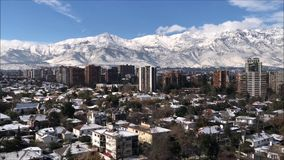 雪在圣地亚哥,智利剥落和雪秋天 股票录像