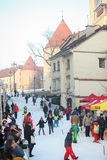 滑雪在城市滑雪倾斜的孩子 免版税库存图片