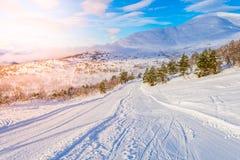 滑雪在日出的中心stryn,挪威 免版税库存图片