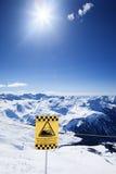 雪在星期日之下的滑雪胜地 免版税库存照片