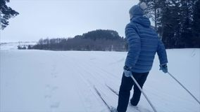 滑雪在森林里 影视素材