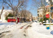 雪在波摩莱老镇的街道上漂移在保加利亚冬天 免版税图库摄影