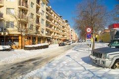 雪在波摩莱,保加利亚老大厦的街道上漂移  免版税库存图片