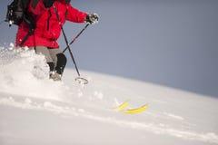 滑雪在深雪 免版税库存图片