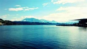雪在湖的加盖的山 免版税图库摄影