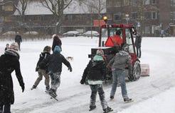 雪在溜冰场的铁锹设备 库存照片