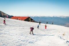 滑雪在班斯科,保加利亚的孩子 免版税库存图片