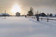 滑雪在积雪的围场的两个滑雪者 村庄Visim,俄罗斯 免版税库存照片