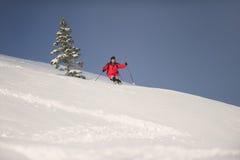 滑雪在陡峭的小山下的中间成人人 库存图片
