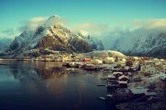 雪在雷讷村庄, Lofoten海岛,挪威 免版税图库摄影