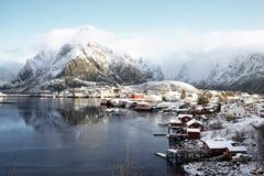 雪在雷讷村庄, Lofoten海岛 免版税图库摄影