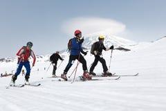 滑雪在滑雪的登山家攀登在山 队种族滑雪登山 10第17 20 2009 4000在灰威严的美好的圆锥形考虑的日放射爆发之上扩大了高度堪察加kamchatskiy km多数nw发生一彼得罗巴甫洛斯克照片被到达的俄国海运stratovolcano的koryaks 库存照片