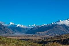 雪在Ashburton湖区,南岛,新西兰加盖了山和小山 免版税库存图片