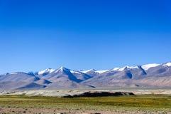 雪在Changthang高原,拉达克,查谟和克什米尔,印度的山脉 免版税库存图片