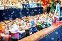 雪地球在圣诞节市场上 免版税图库摄影