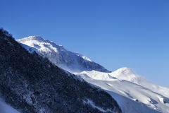 滑雪场地外的倾斜和阳光蓝天在风冬天早晨 图库摄影