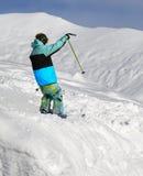 滑雪场地外的倾斜的滑雪者 库存照片