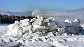 从雪块的堡垒比赛的 免版税库存照片