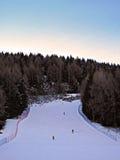 滑雪坡道在晚上轻的阿尔卑斯 库存照片