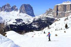 滑雪坡道的年轻男孩 免版税图库摄影