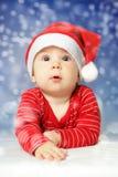 雪天空背景的婴孩 库存图片