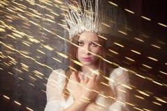 雪女王/王后的衣服的女孩在圣诞晚会晚上 免版税库存照片