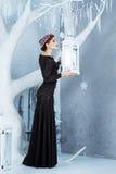 雪女王/王后, 12月 长的礼服的端庄的妇女 冬天 免版税图库摄影