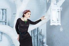 雪女王/王后, 12月 长的礼服的端庄的妇女 冬天 免版税库存照片