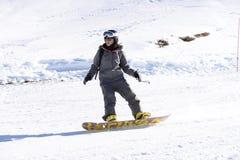 滑雪妇女雪sugli sci塞斯特列雷山口Sci俱乐部 免版税库存照片