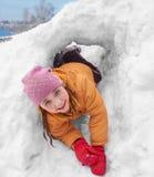雪孔的女孩 免版税库存照片